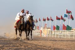Hommes omanais montrant leurs qualifications d'équitation Photo libre de droits