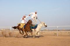 Hommes omanais montrant leurs qualifications d'équitation Photographie stock