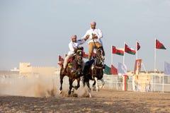 Hommes omanais montrant leurs qualifications d'équitation Photographie stock libre de droits