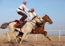 Hommes omanais montrant leurs qualifications d'équitation Photo stock