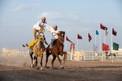 Hommes omanais montrant leurs qualifications d'équitation Images libres de droits