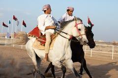 Hommes omanais montrant leurs qualifications d'équitation Image stock