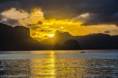Lever de soleil tôt au-dessus d'horizon Photo stock