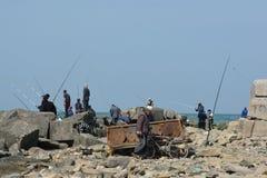 Hommes pêchant outre des roches dans Sumgait, Azerbaïdjan Photo libre de droits