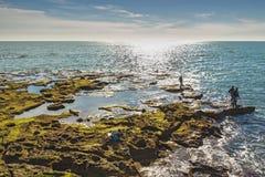 Hommes pêchant outre des roches de Paseo Fernando Quinones à Cadix photos libres de droits