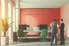 Hommes parlant dans le bureau rouge blanc de l'espace ouvert Image libre de droits