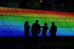 Hommes parlant devant la lumière colorée Image stock