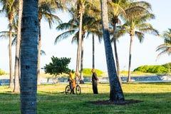 Hommes parlant en plage du sud, Miami Photographie stock