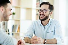 Hommes parlant lors de la réunion photo stock