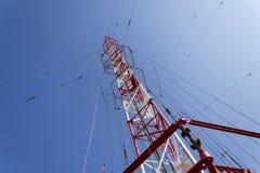 Hommes peignant la plus haute tour tchèque Liblice d'émetteur radioélectrique de construction Photographie stock libre de droits