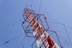Hommes peignant la plus haute tour tchèque Liblice d'émetteur radioélectrique de construction Photo stock