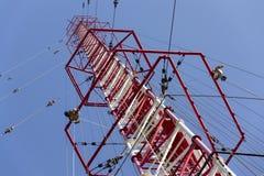 Hommes peignant la plus haute tour tchèque Liblice d'émetteur radioélectrique de construction Image libre de droits