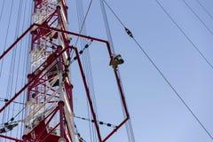 Hommes peignant la plus haute tour tchèque Liblice d'émetteur radioélectrique de construction Images libres de droits