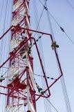 Hommes peignant la plus haute tour tchèque Liblice d'émetteur radioélectrique de construction Photos libres de droits