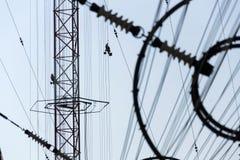 Hommes peignant la plus haute tour tchèque Liblice d'émetteur radioélectrique de construction Image stock