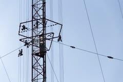 Hommes peignant la plus haute tour tchèque Liblice d'émetteur radioélectrique de construction Photo libre de droits