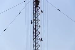 Hommes peignant la plus haute tour tchèque Liblice d'émetteur radioélectrique de construction Photographie stock