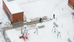 Hommes pellant le laps de temps de neige clips vidéos