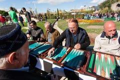 Hommes pluss âgé jouant le backgammon en parc pendant le festival annuel de ville d'automne Photographie stock libre de droits