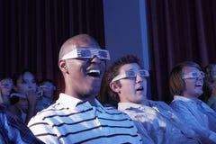 Hommes portant les lunettes à trois dimensions dans le théâtre Image libre de droits