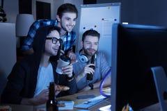 Hommes positifs beaux buvant de la bière Photos libres de droits