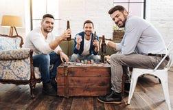 Hommes positifs gais jouant des jeux de carte Photo libre de droits
