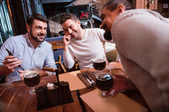 Hommes positifs gais regardant l'écran de smartphone Photo libre de droits
