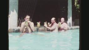 Hommes potables de piscine banque de vidéos