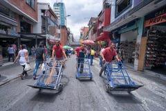 Hommes poussant les chariots vides de la livraison Photos stock