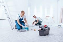 Hommes préparant l'intérieur à la rénovation Images libres de droits
