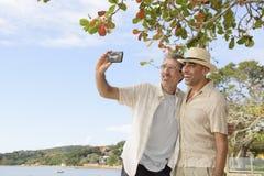 Hommes prenant un selfie avec le téléphone portable Images libres de droits