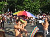 Hommes presque nus au défilé Images libres de droits