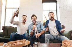 Hommes radieux heureux célébrant la victoire photos libres de droits