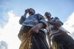 Hommes recherchant la foule des combattants photos stock
