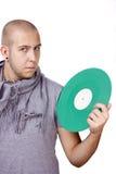 Hommes retenant le vinyle vert Photographie stock