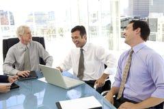 Hommes riant de la réunion d'affaires Photographie stock