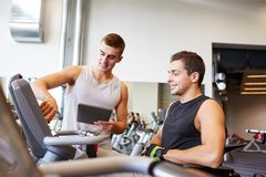 Hommes s'exerçant sur la machine de gymnase Image libre de droits