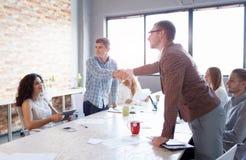 Hommes se serrant la main sur une réunion Collègues sur une présentation sur le fond de bureau Concept de travail d'équipe Copiez Photographie stock libre de droits
