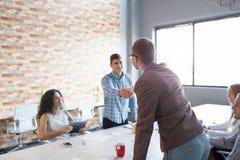 Hommes se serrant la main sur une réunion Collègues sur une présentation sur le fond de bureau Concept de travail d'équipe Copiez Photo stock