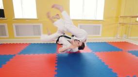 Hommes sportifs formant leurs qualifications d'aikido dans le studio Représentation de la technique de protection banque de vidéos