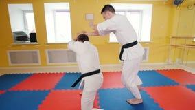 Hommes sportifs formant leurs qualifications d'aikido Technique de protection employant le poids de l'adversaire banque de vidéos