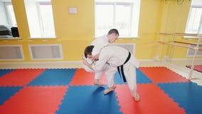 Hommes sportifs formant leurs qualifications d'aikido Technique de protection clips vidéos
