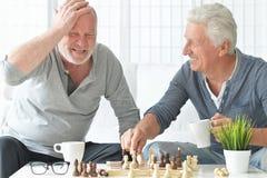 Hommes supérieurs jouant des échecs Photo stock