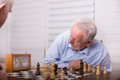 Hommes supérieurs jouant des échecs Image libre de droits