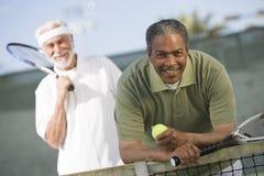 Hommes supérieurs jouant le tennis Photos stock