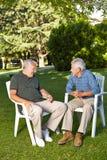 Hommes supérieurs parlant dans un jardin Photos libres de droits