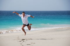 Hommes sur la plage sablonneuse - océan bleu Photos libres de droits
