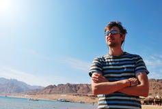 Hommes sur la ressource de mer Photo stock
