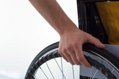 Hommes sur le fauteuil roulant image libre de droits