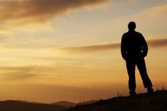 Hommes sur le fond de coucher du soleil Photo stock